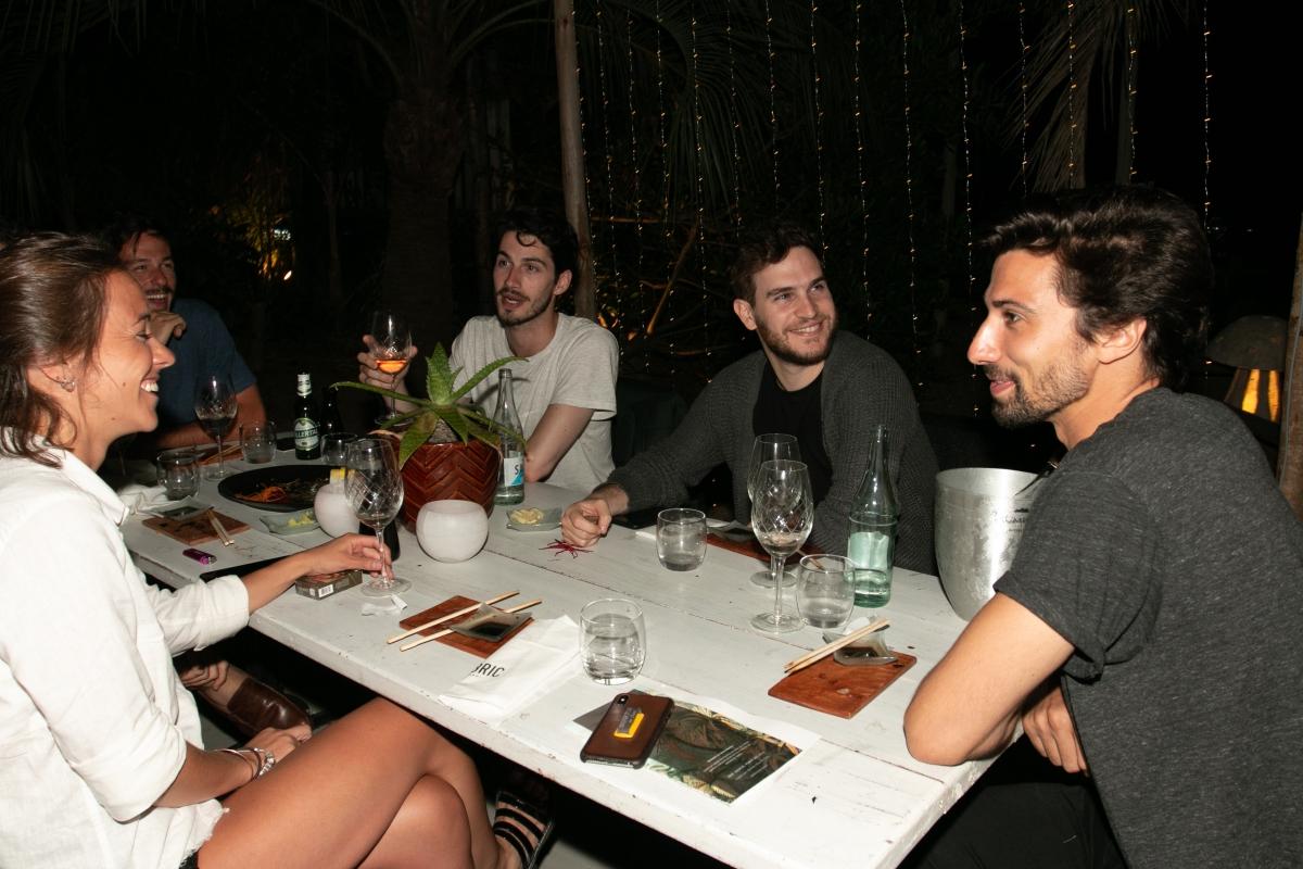 Matías Mayer ceno con sus amigos en la apertura de Fabric José Ignacio
